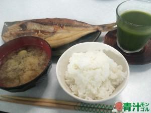 日本の伝統的な朝食と青汁