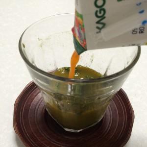 青汁に野菜ジュースを注いでいる様子