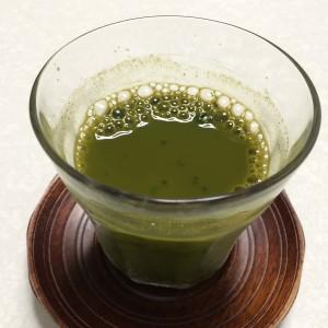 野菜生活100と神仙桑抹茶ゴールドを混ぜた様子